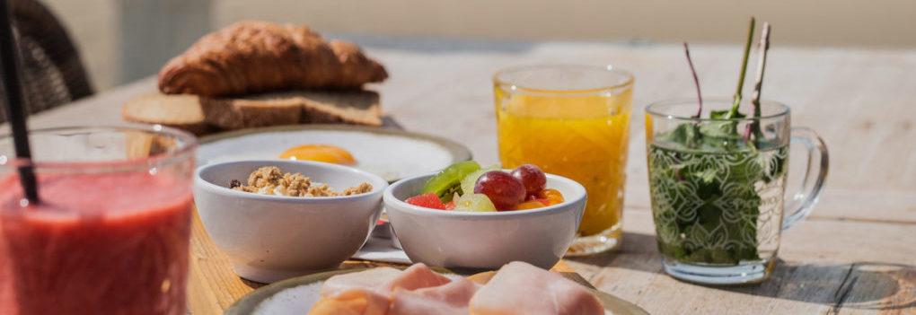Ontbijt, lunch of brunch met een grote groep Lunch en brunch op strand