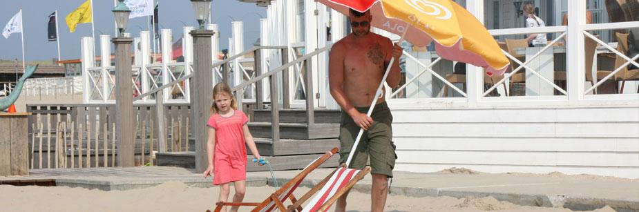 Sauberer Strand bedden en stoelen huren op strand